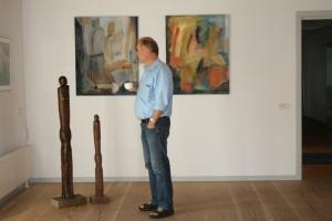 Poul med egne skulpturer og malerier af Elsebeth